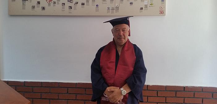 Dünya Yükseköğretim Bitirme Rekoru'nu 60 Yaşında Kırdı